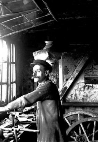 Le serrurier dans son atelier